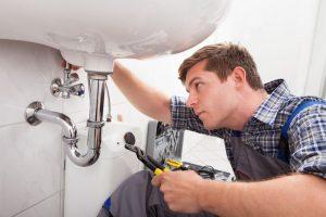 Comment gérer le premier contact avec un plombier professionnel